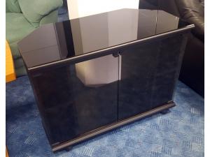 TV-Teil schwarz mit Glastüren und Rollen (gebraucht)