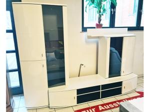 Hochwertige Wohnwand hochglanz-weiss mit integriertem TV-Teil und blauer LED (gebraucht)