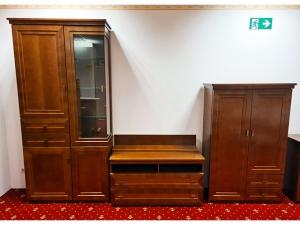 Moderne Wohnwand eiche mit integriertem TV-Teil, Glasvitrine und LED-Beleuchtung (gebraucht)