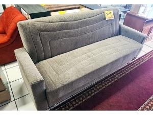 2-Sitzer Couch mit Schlaffunktion, Kissen und Holzabsetzungen grau (gebraucht)