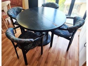 Esstisch ausziehbar buche + 4 Stühle gepolstert blau (gebraucht)