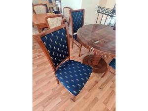 Esstisch ausziehbar buche + 4 Stühle gepolstert terracotta (gebraucht)