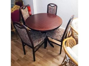 Esstisch ausziehbar glänzend kirschbaum + 6 Stühle gepolstert (gebraucht)
