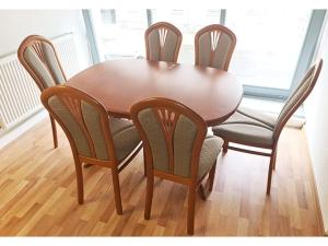 Esstisch ausziehbar + 6 Stühle gepolstert mahaghoni (gebraucht)