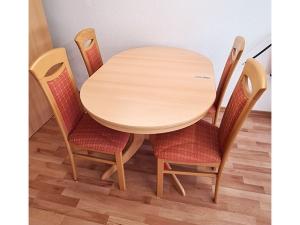 Esstisch ausziehbar glänzend nussbaum + 4 Stühle gepolstert (gebraucht)
