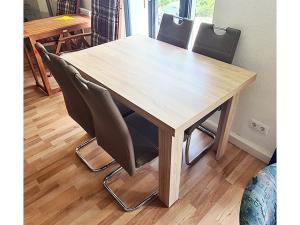 Esstisch buche + 4 Stühle gepolstert terracotta (gebraucht)
