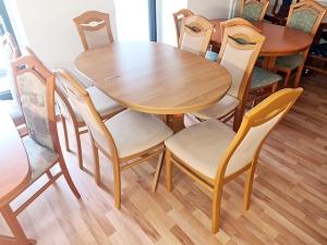 Esstisch ausziehbar buche + 6 Stühle gepolstert blau (gebraucht)