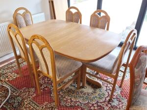 Italienische Stilmöbel - Esstisch ausziehbar hochglanz wurzelholz-optik  + 4 Stühle gepolstert (gebraucht)