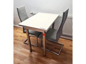 Esstisch massivholz + 6 Stühle gepolstert terracotta/silber (gebraucht)