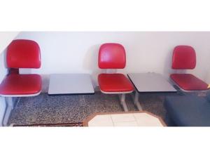 Wartezimmer Sitzmöbel mit Tischen 2-teilig rot-grau (gebraucht)