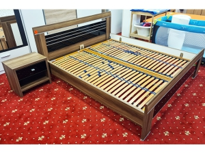 Bett mit Matratze und Lattenrost buche (gebraucht)