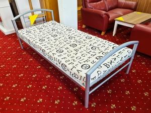 Bett mit Matratze, Lattenrost und Nachtkommode ahorn (gebraucht)