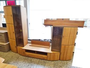 Wohnwand hochglanz-grau/akazie mit integriertem TV-Teil und Vitrinen mit LED-Beleuchtung (gebraucht)