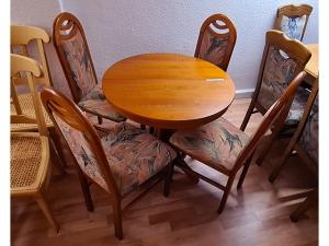 Essecke + Esstisch ausziehbar + 2 Stühle gepolstert erle-farben (gebraucht)