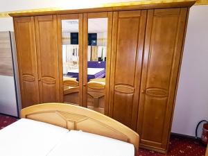 Kleiderschrank 3-türig mit Spiegel und Aufsatz buche (gebraucht)