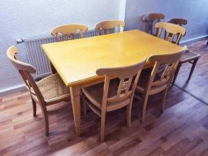 Esstisch + 4 Stühle weiss/braun (gebraucht)