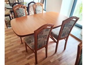 Esstisch ausziehbar esche-farben + 6 Stühle gepolstert (gebraucht)