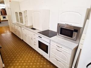 Küchenzeile mit Geräten rot/sonoma-eiche (gebraucht)