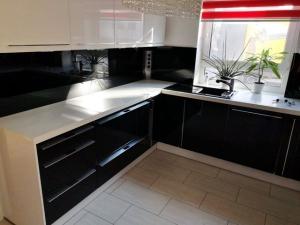 Hochwertige Einbauküche Nolte hochglanz schwarz-weiß inklusive Neff-Geräte (gebraucht)