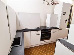 Küchenzeile 2-zeilig glänzend-creme/ahorn mit Geräten (gebraucht)